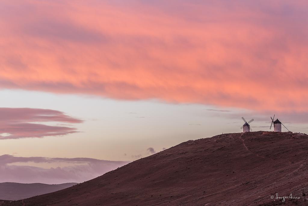 Nubes de color rosa junto a los molinos