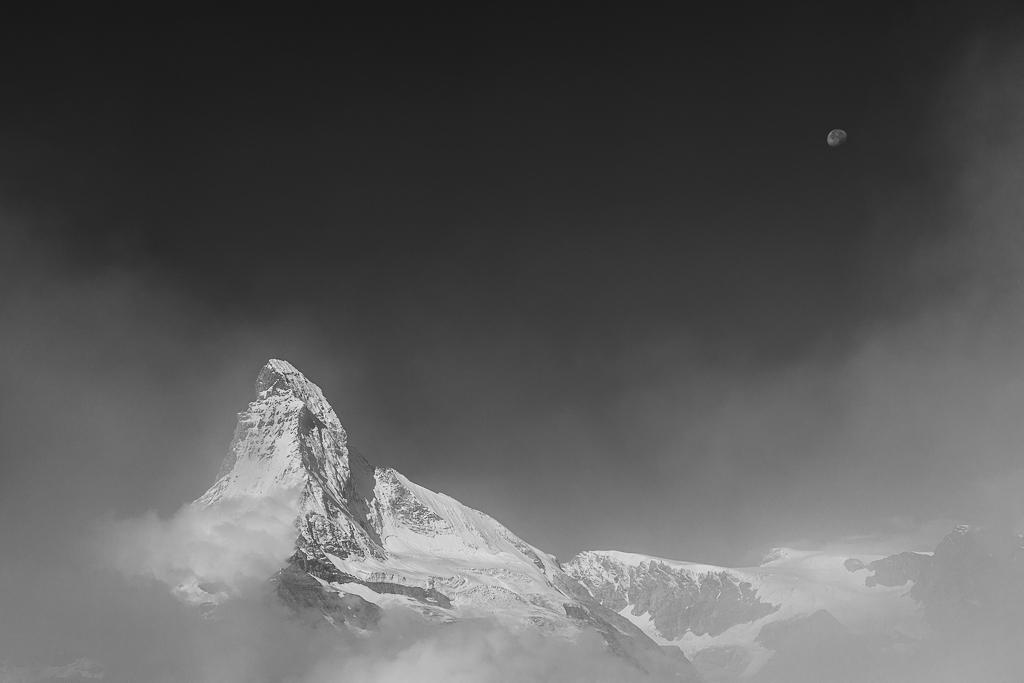 En esta ocasión, el blanco y negro destaca el oscuro azul del cielo con el Matterhorn y la Luna.
