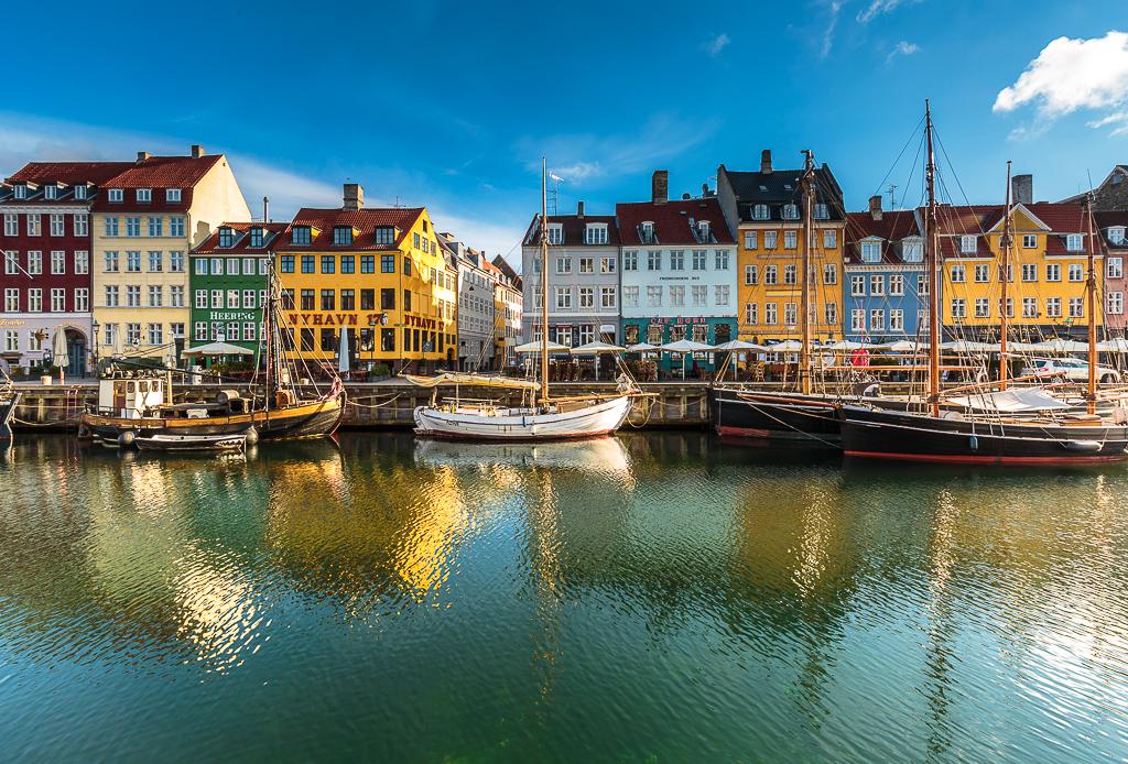 Los colores típicos de Nyhavn reflejados sobre el agua