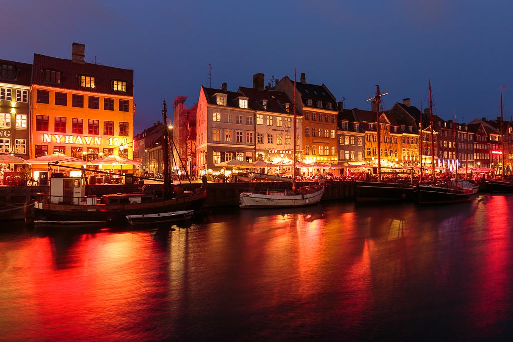Las luces de los locales reflejadas sobre el canal