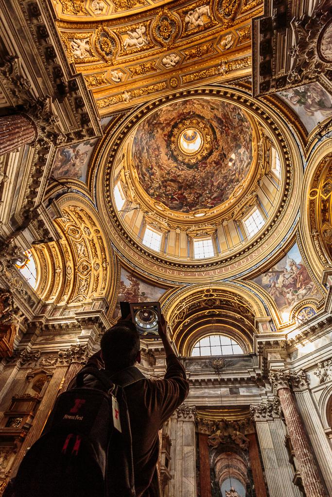 Turista fotografiando la cúpula de la Iglesia de Santa Inés