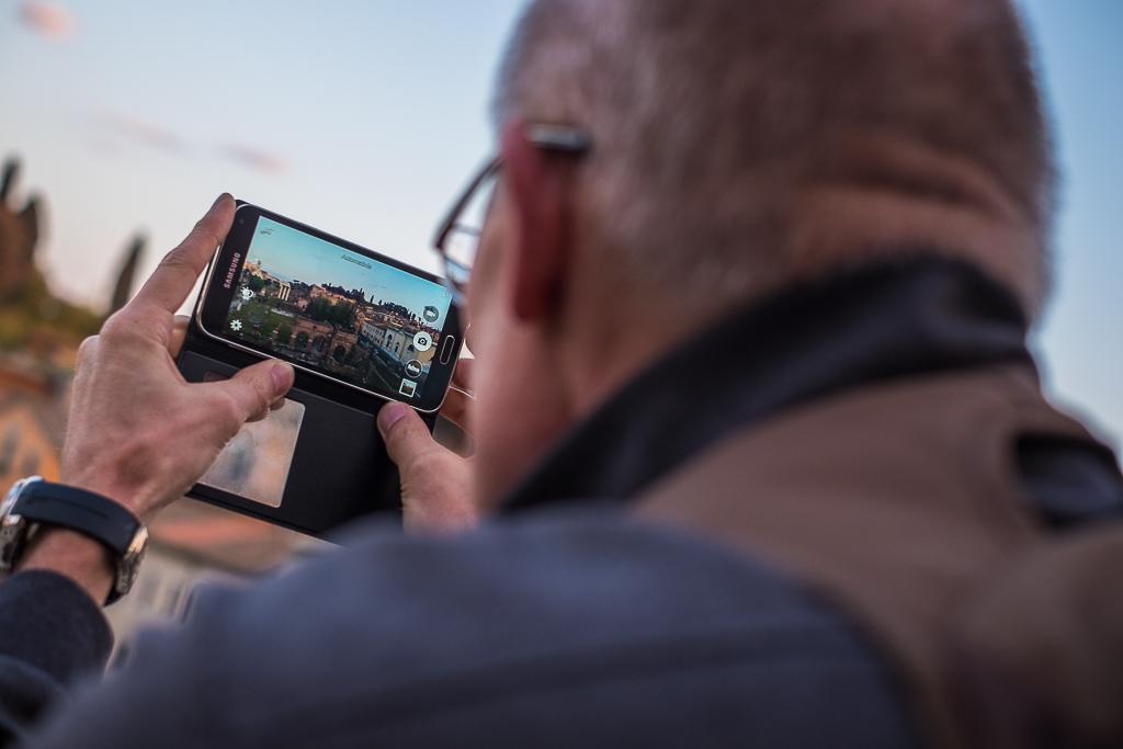 Turista fotografiando el Foro Romano