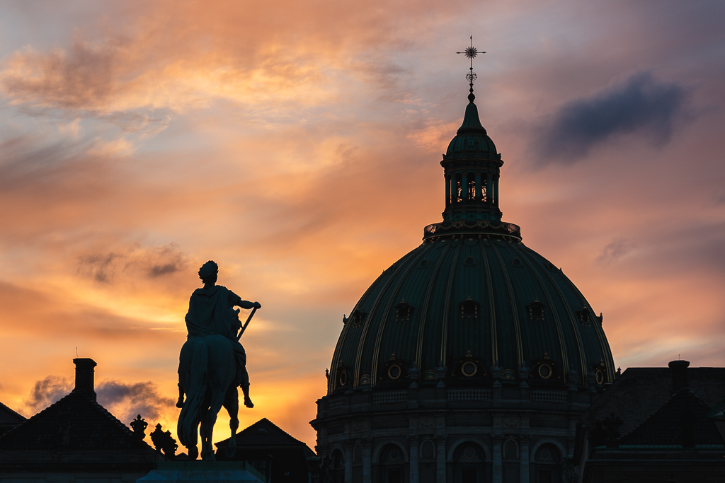 Contraluz de la cúpula de la Iglesia de Mármol y la estatua de Federico V