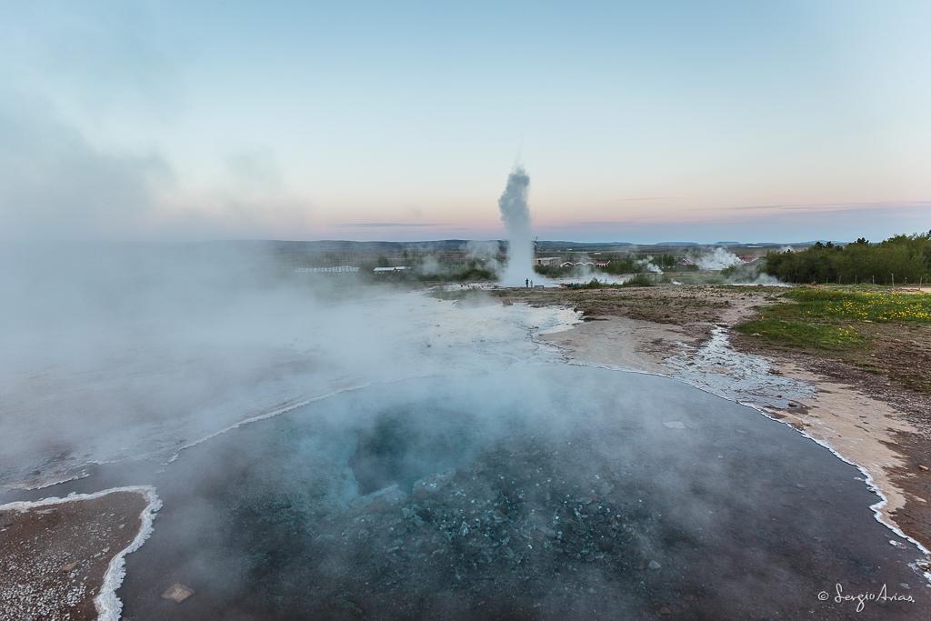 Sin duda el Geyser Strokkur es el más impactante, pero podemos disfrutar de zonas de las cuales emanan azufre en forma de gas