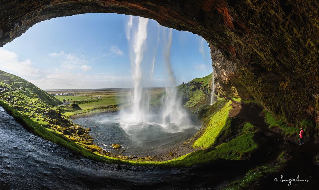 La cascada de Seljalandfoss se caracteriza por poder verla desde atrás