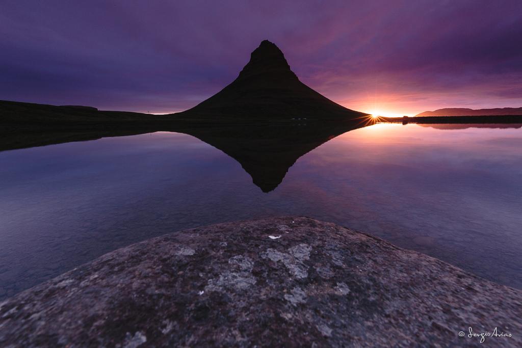 Kirkjufell con su reflejo en el lago