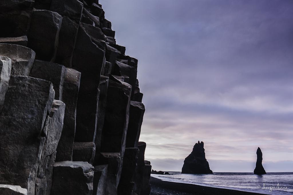 Las rocas que se encuentran en la playa de Reynisfjara