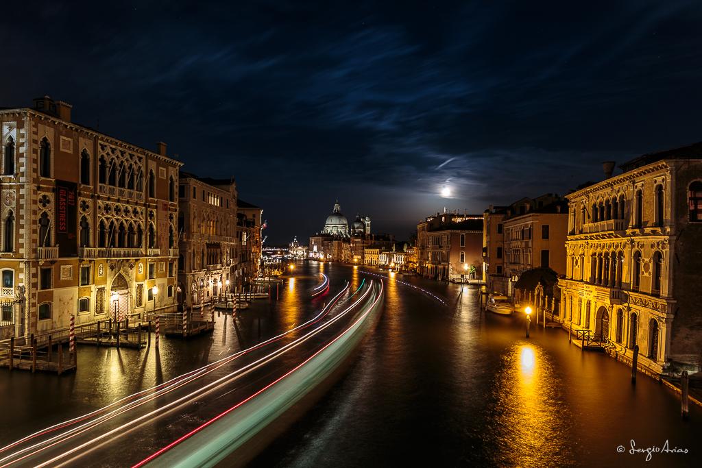 La primera noche en Venecia, la Luna salió relativamente pronto, permitiendo fotografiarla cerca del horizonte detrás de la Basílica.
