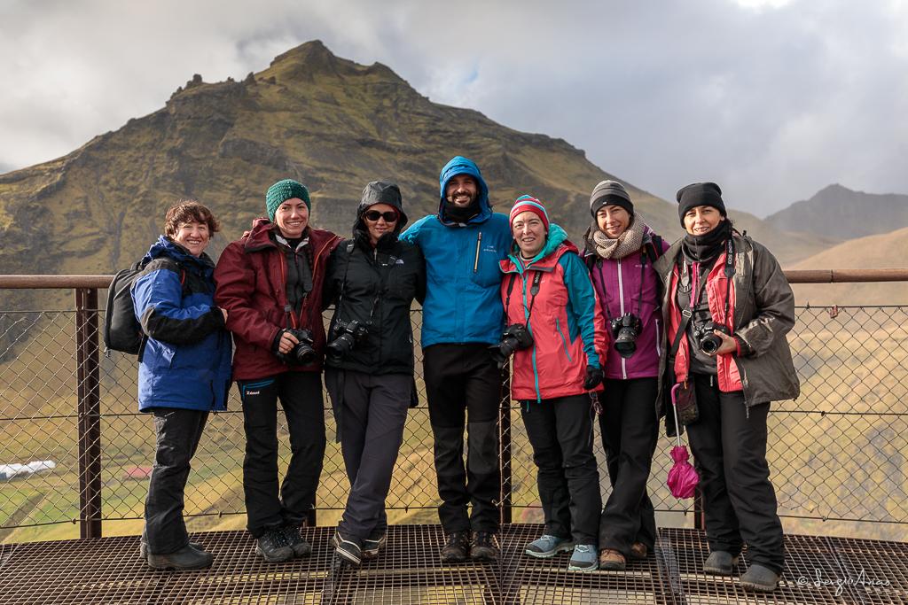 Foto de grupo (incompleto) en el mirador de Skogafoss