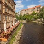 El río Moldava junto al castillo y una terraza