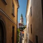 Calles con la torre del castillo