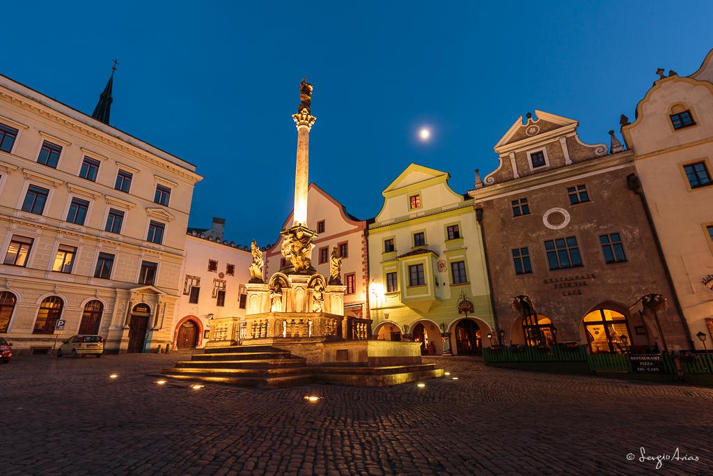 La Luna sobre la plaza mayor de Cesky Krumlov junto a la Columna de la peste