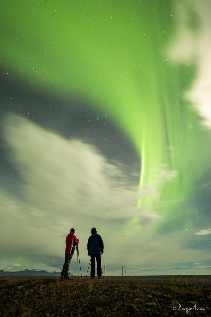 Me gusta fotografiar a mis alumnos mientras hacen fotos, sobre todo si tengo una Aurora Boreal de fondo.  14mm, f/2.8, 30s, ISO 1600