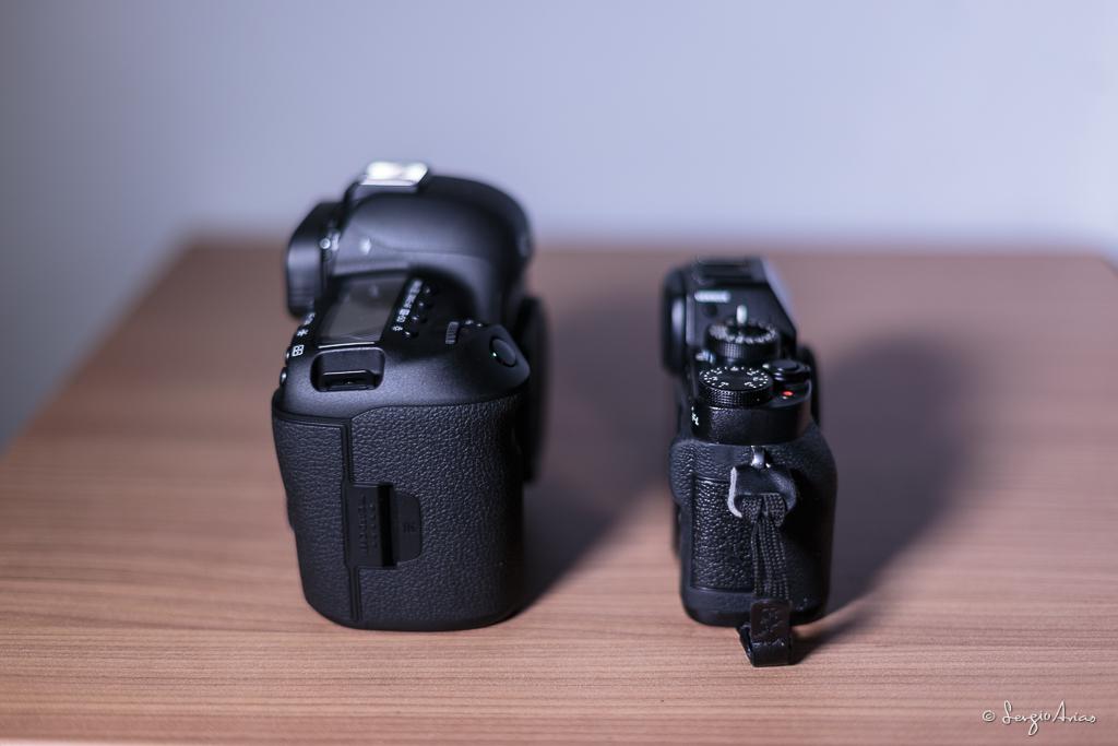 Al ver ambas cámaras lateralmente vemos que se ha reducido el grosor, al eliminar el espejo y el pentaprisma