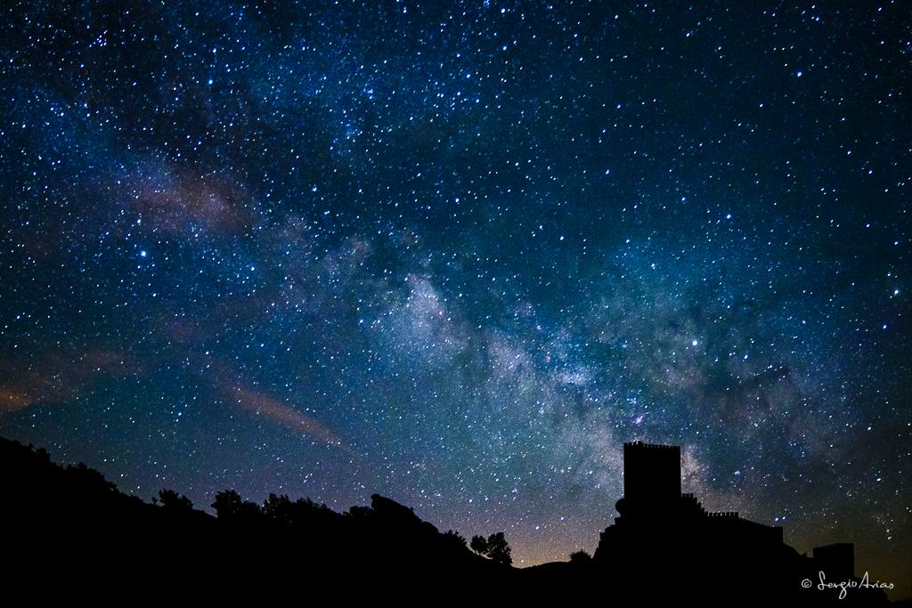 Castillo de Zafra junto a la Vía Láctea. A priori una fotografía normal que toma un valor especial cuando la compartes con ciertas personas.