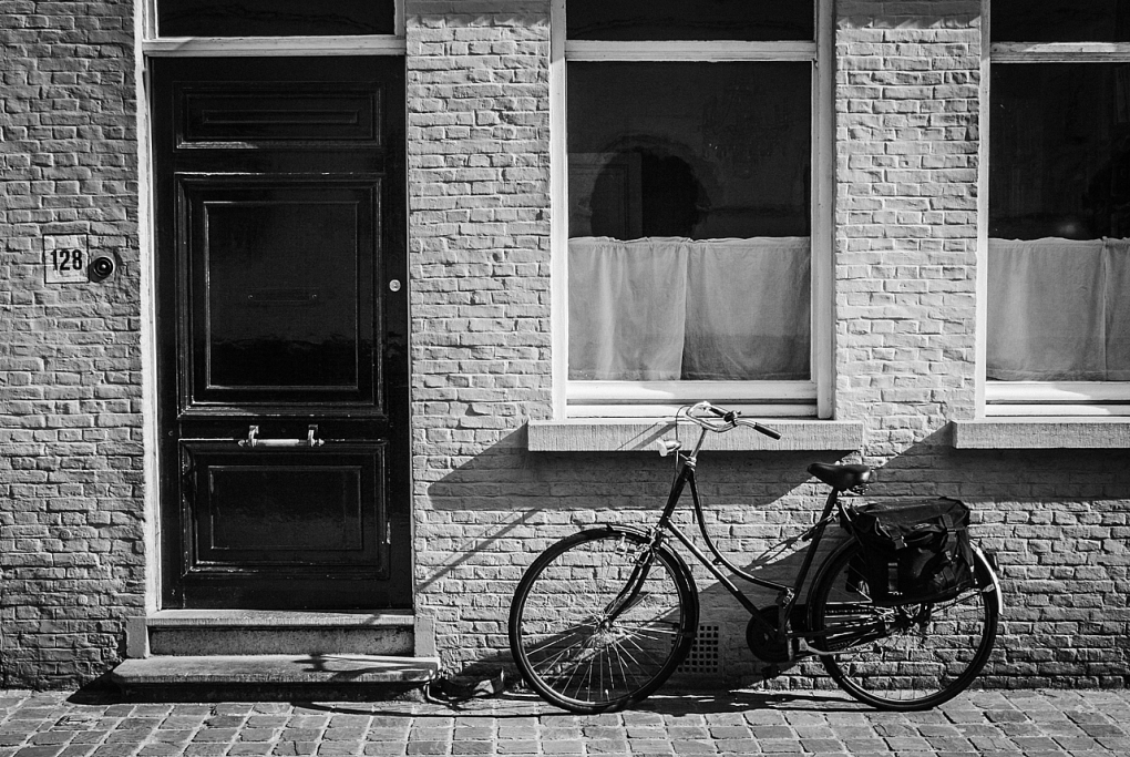 Bicicleta en la puerta de casa - Brujas - Sergio Arias Ramón