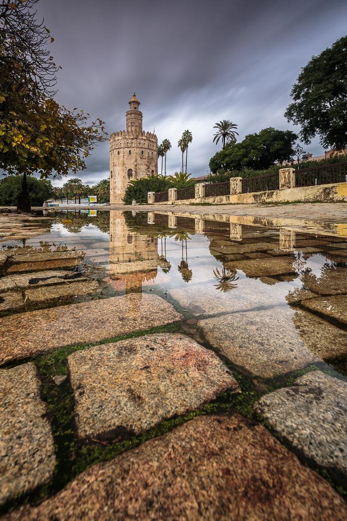 Torre del Oro reflejada en un charco después de la intensa  - Sergio Arias Ramón